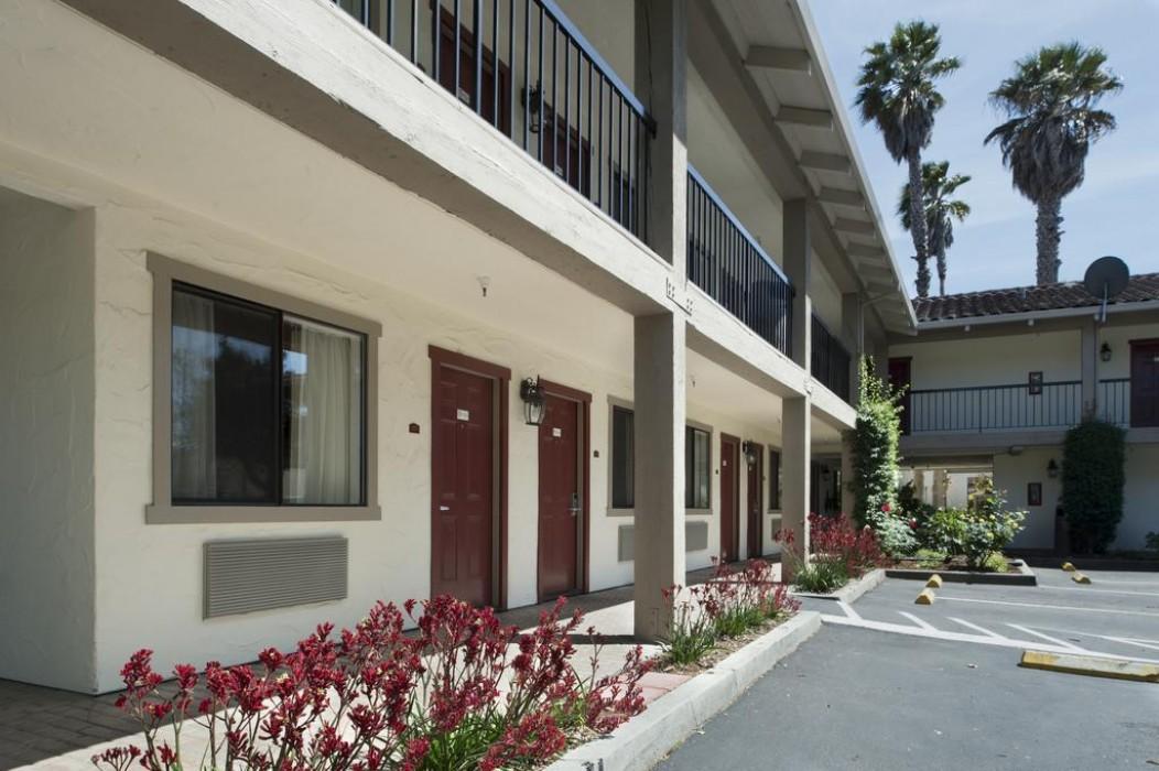 Mission Inn & Suites - Hotel walkway