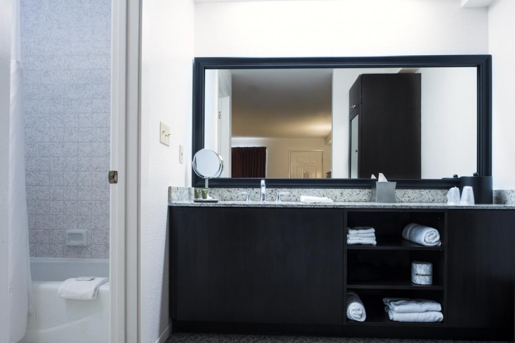 Mission Inn & Suites - Guest Bathroom