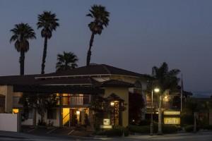 Mission Inn & Suites - Hotel exterior at night